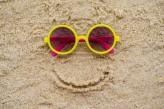 lunettes-soleil-dans-sable-plage_1112-3410